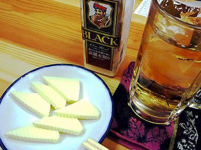 チーズとウイスキー水割りボトル