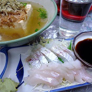 湯豆腐と刺身で晩酌