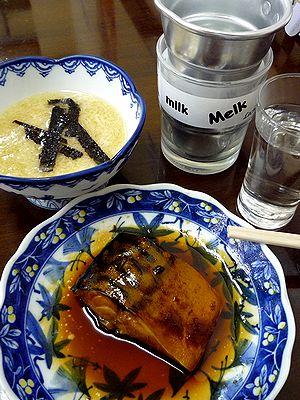 サバ煮とトロロで燗酒