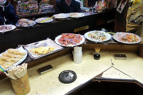 ウンター上に並ぶ大皿料理