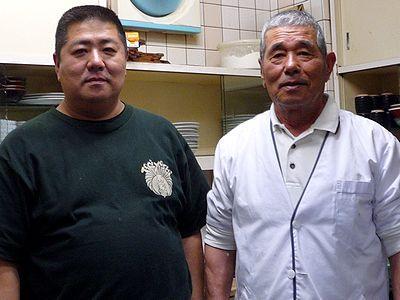 店主・上瀬弘和さん(右)と息子の正智さん