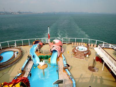 シンガポール港を出航