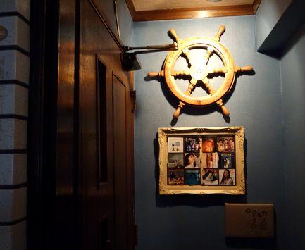 バー「カモメ」の入口